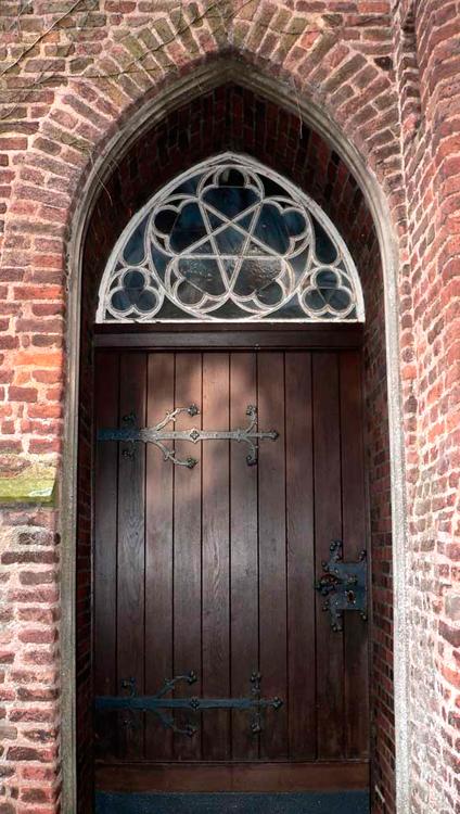 Вход в церковь христиан-евангелистов, д. Шенкеншанц, Германия